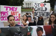 ホワイトハウス前で抗議の人たち=AP