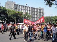 北京の日本大使館前で行われた反日デモ=2012年9月、成沢健一撮影