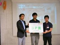 表彰される立命館大の上田隼也さん(中央)と戸簾隼人さん(右)