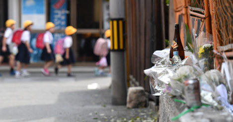 Flowers and other tributes left in memory of a local man who was crushed under a residential wall that crumbled in the June 18 earthquake in northern Osaka Prefecture are seen in Osaka's Higashiyodogawa Ward, on June 22, 2018. (Mainichi)