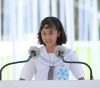 Rinko Sagara reads out her poem for peace at a ceremony to remember the victims of the Battle of Okinawa, in the city of Itoman, Okinawa Prefecture, on June 23, 2018. (Mainichi)