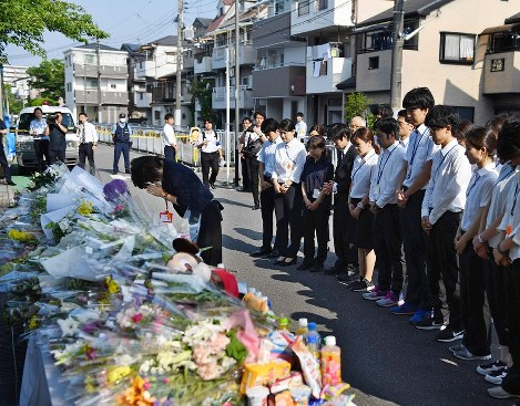 Takatsuki Municipal Juei Elementary School Principal Yoshimi Tanaka, center, and other teachers from the school offer their prayers on the one-week anniversary of the earthquake, at the site where 9-year-old student Rina Miyake died, in Takatsuki, Osaka Prefecture, on June 25, 2018. (Mainichi)