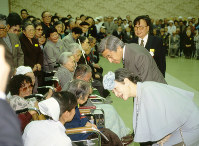 Emperor Akihito and Empress Michiko talk with residents of National Sanatorium Tama Zenshoen in Higashimurayama, Tokyo, in this file photo from March 4, 1991. (Mainichi)
