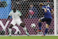 Japan's Keisuke Honda, right, scores his side's second goal past Senegal's Kalidou Koulibaly during the group H match between Japan and Senegal at the 2018 soccer World Cup at the Yekaterinburg Arena in Yekaterinburg, Russia, on Sunday, June 24, 2018. (AP Photo/Natacha Pisarenko)