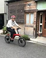 電動アシスト自転車に試乗する筆者=東京・神楽坂で21日