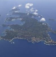 返還50年を迎えた小笠原諸島。(手前から)父島、兄島、弟島=6月9日午前、本社機「希望」から