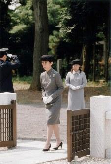 憲仁親王墓を参拝する高円宮妃久子さまと絢子さま(右)=豊島岡墓地で2010年8月27日、宮内庁提供