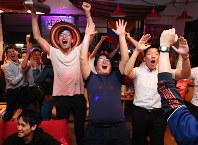 【コロンビア1-2日本】日本の勝ち越しゴールに沸くサポーターたち=東京都文京区で2018年6月19日午後10時半、宮武祐希撮影