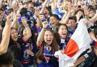 【コロンビア1-2日本】日本の勝ち越しゴールに盛り上がるサポーター=岐阜市の「ヨーコズカフェ・デ・コロンビア」で2018年6月19日午後10時半、兵藤公治撮影