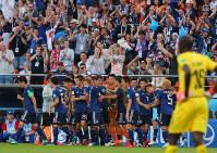 【日本2-2セネガル】前半、同点ゴールを決め、ベンチ前で祝福される乾貴士(右から3人目)=ロシア・エカテリンブルクで2018年6月24日、長谷川直亮撮影