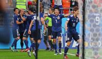 【日本2-2セネガル】後半、同点ゴールの本田圭佑(左から2人目)を祝福する日本の選手たち=ロシア・エカテリンブルクで2018年6月24日、長谷川直亮撮影