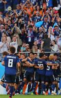 【日本―セネガル】前半、乾が同点ゴールを決め、ベンチ前で抱き合って喜ぶ日本代表の選手たち=ロシア・エカテリンブルクで2018年6月24日、長谷川直亮撮影