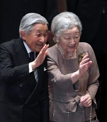 Emperor Akihito, left, and Empress Michiko wave to the audience at  a concert for children who are suffering from cancer and their families in Tokyo's Shibuya Ward on June 25, 2018. (Mainichi)