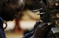 真剣な表情で職業訓練の自動車修理に取り組む元子供兵のエマニュエル・セビットさん。インタビュー中、目を合わせることはなかった=南スーダン・ジュバで2018年4月30日、小川昌宏撮影