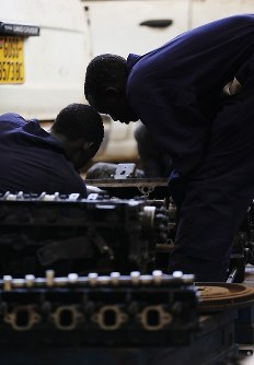 職業訓練の自動車修理に取り組むエマニュエル・セビットさん(右)ら元子供兵たち=南スーダン・ジュバで2018年4月30日、小川昌宏撮影
