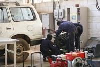 職業訓練の自動車修理に取り組むエマニュエル・セビットさん(右)ら。昨年まで戦場にいた元子供兵だ=南スーダン・ジュバで2018年4月30日、小川昌宏撮影