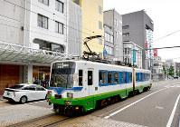 JR福井駅前の近くを走る福井鉄道の路面電車。福井地震の発生直後に起きた火災で、この付近に焼損した車両があった=福井市中央1で2018年6月11日、山田尚弘撮影