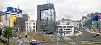 大名町交差点(右手前)付近から南側を望む。福井地震で南側に傾斜した大和百貨店の跡地には北陸銀行福井支店(正面)が建った。左隣の三井住友信託銀行福井支店は、福井信託だった被災当時の外観を残す。右奥に見えるのは足羽山=福井市大手3で2018年6月12日、山田尚弘撮影