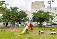 福井市の繁華街にある公園で遊ぶ子どもたち。福井地震では激しい揺れと発生直後に起きた火災で周辺が廃虚と化した=福井市順化2で2018年6月11日、山田尚弘撮影