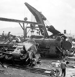 国鉄福井操車場にも大きな揺れが襲った。転覆している機関車は手前がD51776、奥がD51450。北陸線は、福井操車場から牛の谷(現福井県あわら市)までの約30キロに大きな被害が出た=福井市月見町(現福井市月見1)で1948年7月撮影(写真説明協力・福井県立歴史博物館)