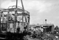 福井地震で焼けた路面電車は洗濯物の干し場になった。後に震災電車と呼ばれた車両とみられる=福井市で1948年7月初旬撮影