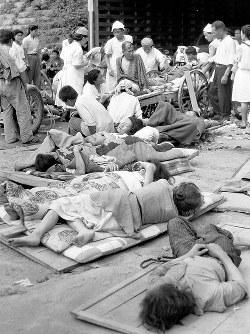 福井県庁前西広場に設けられた応急救護所には、多くの重軽傷者が運び込まれた=1948年6月撮影