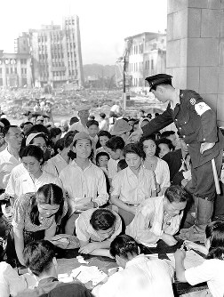 罹災証明書の交付を求め福井市役所に詰め掛けた市民=1948年6月撮影