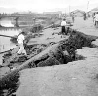 福井県庁前の堀端に生じた大亀裂=福井市の御本城橋付近で1948年6月撮影