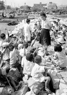 校舎があった場所で授業をうける児童たち=福井市で1948年7月撮影