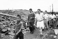 廃墟と化した福井市内を視察する三笠宮殿下。右は先導の小幡治和・福井県知事(当時)=福井市で1948年7月5日撮影