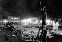 地震後6日ぶりに電灯がついた=福井駅で1948年7月3日夜撮影