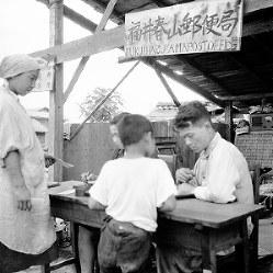 看板を掲げ、机を置いて業務を始めた春山郵便局=福井市で1948年7月3日撮影