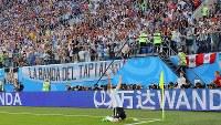 前半、先制ゴールを決めて歓喜するアルゼンチンのメッシ=ロシア・サンクトペテルブルクで2018年6月26日、長谷川直亮撮影