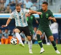 前半、ボールを奪い合うアルゼンチンのイグアイン(左)とナイジェリアのエコン=ロシア・サンクトペテルブルクで2018年6月26日、長谷川直亮撮影