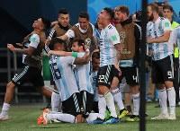 後半、アルゼンチンのロホ(中央左)がゴールを決め、メッシ(中央)らに祝福される=ロシア・サンクトペテルブルクで2018年6月27日、長谷川直亮撮影
