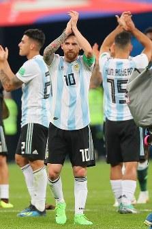 ナイジェリアに勝利し、サポーターの声援に応えるアルゼンチンのメッシ(中央)ら選手たち=ロシア・サンクトペテルブルクで2018年6月27日、長谷川直