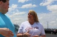 「公立学校の危機」を訴えて州議会選に立候補したコンリーさん(右)=オクラホマ州ニューキャッスルで2018年6月26日、高本耕太撮影