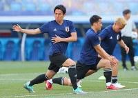 ポーランド戦に向けて調整する長谷部(左)ら日本代表の選手たち=ロシア・ボルゴグラードで2018年6月27日、長谷川直亮撮影