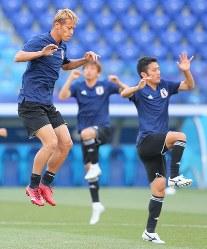 ポーランド戦に向けて調整する本田(左)、大島(右)ら日本代表の選手たち=ロシア・ボルゴグラードで2018年6月27日、長谷川直亮撮影