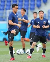 ポーランド戦に向けて調整する吉田(左)ら日本代表の選手たち=ロシア・ボルゴグラードで2018年6月27日、長谷川直亮撮影