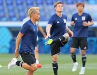 ポーランド戦に向けて調整する長友(左)ら日本代表の選手たち=ロシア・ボルゴグラードで2018年6月27日、長谷川直亮撮影