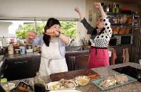 「50歳過ぎたら、筋トレと食事制限でしかやせない」と語る西原理恵子さん(右)と枝元なほみさん=小川昌宏撮影