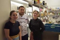 シリア難民のザイトニさん(中央)に厨房を開放したレストランLe Local共同経営者のベルジェさん(左)とシェフのペラヒアさん=ブリュッセルで2018年6月20日午後5時51分、八田浩輔撮影