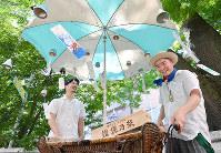 陶芸家の中田誠さん(左)と木版画家の藤村洋介さんが手作りの風鈴を売り歩く「中村風鈴店」=京都市下京区で、川平愛撮影