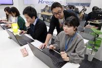 ITシステム開発「クロノス」大阪本社の採用活動でインターンに臨む大学生ら=大阪市中央区で、梅田麻衣子撮影