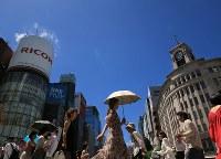 梅雨明けで青空が広がる銀座の街を歩く人たち=東京都中央区で2018年6月29日午後1時10分、梅村直承撮影