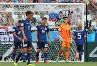 【日本―ポーランド】後半、ポーランドに先制ゴールを許し、肩を落とすGK川島(右から2人目)ら日本の選手たち=ロシア・ボルゴグラードで2018年6月28日、長谷川直亮撮影