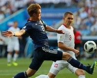 【日本―ポーランド】後半、ボールに足を伸ばす酒井高=ロシア・ボルゴグラードで2018年6月28日、長谷川直亮撮影