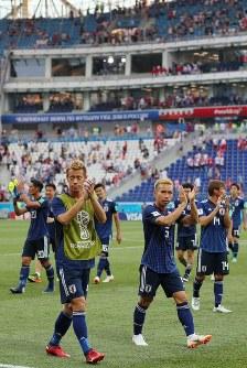 【日本―ポーランド】決勝トーナメント進出を決め、サポーターの声援に応える本田(手前左)、長友(同右)ら日本の選手たち=ロシア・ボルゴグラードで2018年6月28日、長谷川直亮撮影