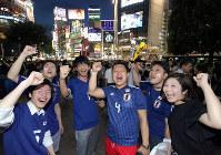 試合前に盛り上がる日本代表サポーターたち=東京都渋谷区で2018年6月28日午後7時半、宮武祐希撮影